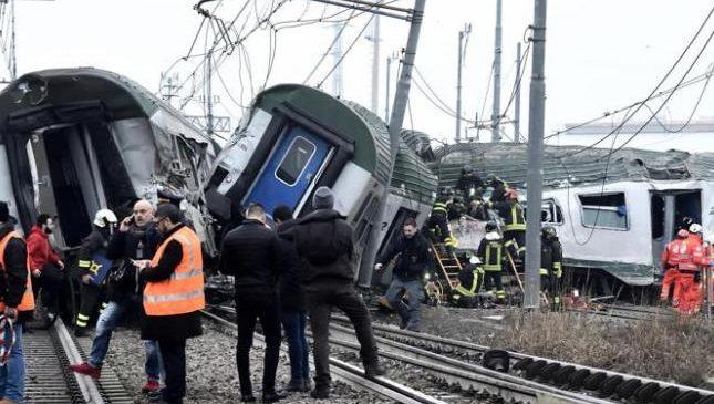 В пригороде столицы моды Милана произошла катастрофа: разбился пассажирский поезд