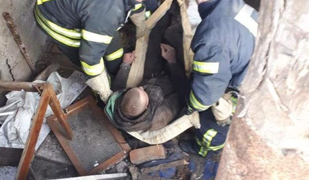 В Запорожье на мужчину обрушилось деревянное перекрытие