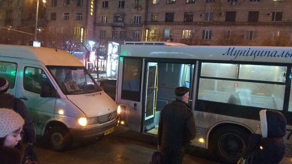 На проспекте Соборном маршрутки вновь не поделили дорогу, — ФОТО