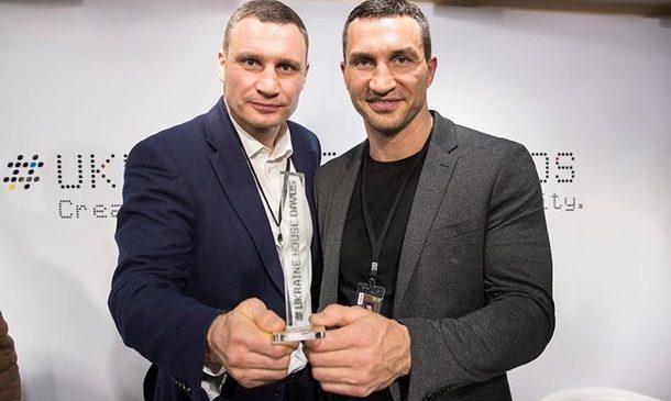Братьев Кличко наградили в Давосе