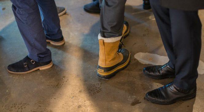Пакетики из «АТБ» и брюки заправленные в ботинки. Как одевались участники Давоса-2018