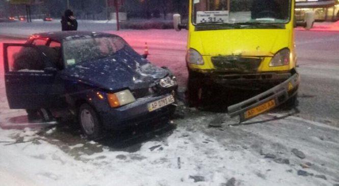 В Запорожье маршрутка врезалась в легковой автомобиль