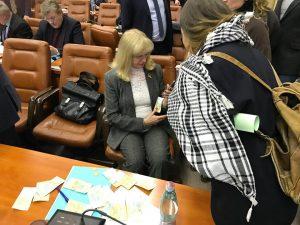 Запорожскому депутату устроили «дождь» из денег, — ВИДЕО