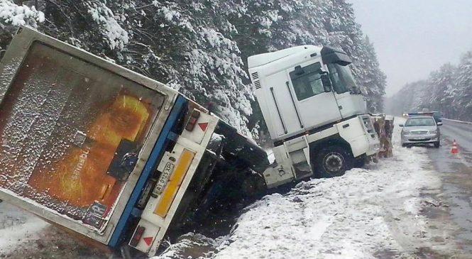 Снегопад на Запорожье: Под Степногорском фура вылетела в кювет
