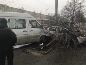В Запорожье маршрутка протаранила иномарку (ФОТО)