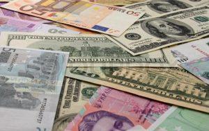 Порошенко просят сделать доллар или евро нацвалютой