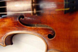 В аэропорту Запорожья спасли от вывоза за границу раритетную скрипку Амати