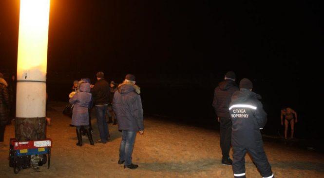 В Запорожье спасатели обеспечили безопасность во время Крещенских купаний (фото)
