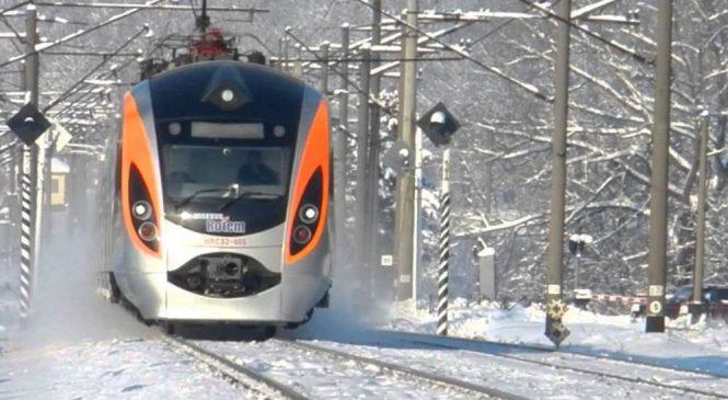 Поезд «Интерсити» Киев-Запорожье застрял в снегу под Черкассами