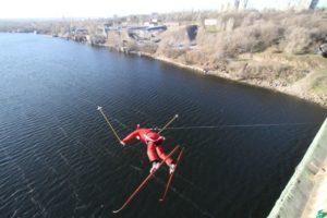 В Запорожье с моста прыгали Деды Морозы