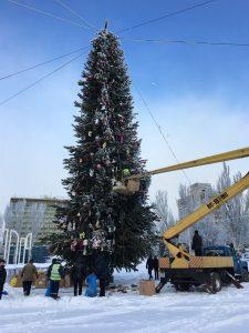 В Запорожье демонтируют новогодние елки — фото