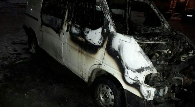 В Запорожье по неизвестным причинам сгорел микроавтобус