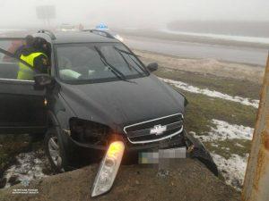 На Запорожской трассе автомобиль снес бигборд, есть пострадавшие