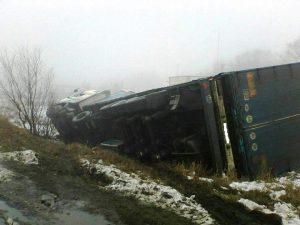 Запорожская область: на автодороге перевернулся грузовик с известью