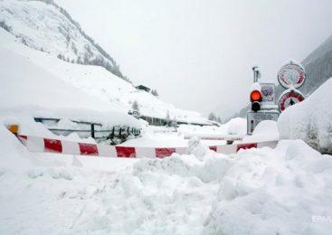 Европу завалило снегом, закрыты десятки трасс