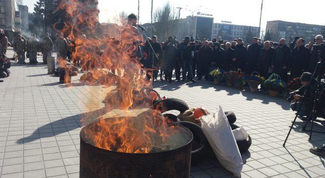 В Запорожье перед здание ОГА разложили шины и зажгли костры: так отмечают День Небесной Сотни, — ФОТОРЕПОРТАЖ