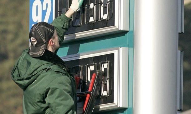 На украинских АЗС продолжает дешеветь бензин