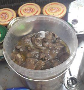 Магазин в центре Запорожья предлагает покупателям грибочки с плесенью, — ФОТО