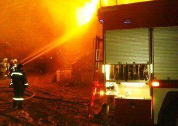 В сеть попали фото масштабного пожара в пригороде Запорожья