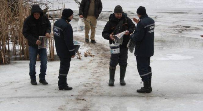 Запорожские спасатели разбили прибрежный лед, чтобы предотвратить выход на реку отчаянных рыбаков (ФОТО)