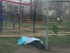В Запорожье прохожие обнаружили труп на детской площадке