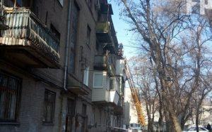Берегите головы. В Запорожье с крыши дома камни падают на прохожих, — ФОТО