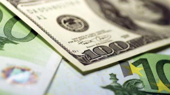 Украинцы продолжают активно продавать валюту