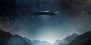 В небе был замечен, вращающийся вокруг луны корабль пришельцев