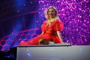 Оля Полякова лишилась части одежды прям на сцене