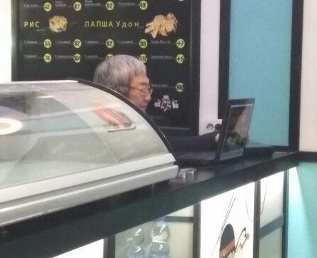 В сеть попали фото Сина за барной стойкой собственного ресторана в Одессе