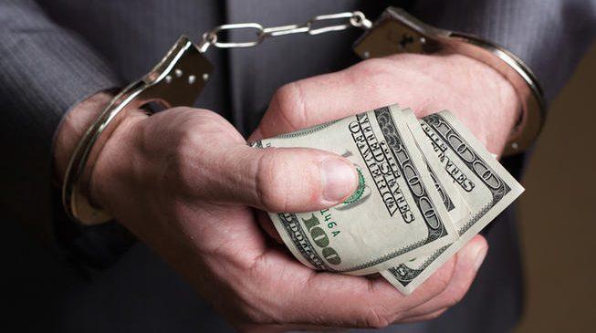 В Запорожье правоохранители поймали полицейского на взятке в 2500$