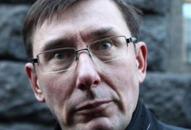 Юрий Луценко напал на пикетчиков с топором, — ВИДЕО