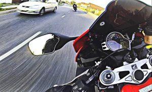 Гонки автомобиля с мотоциклом 300 км/ч, — ВИДЕО