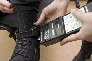 Погоревший на взятке начальник экоинспекции Запорожья обязан носить электронное средство контроля