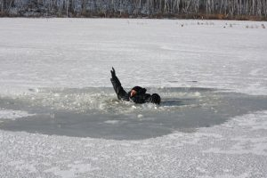 На Запорожье мужчина спас односельчанина, который провалился под лед