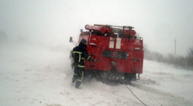 В Запорожской области спасатели вытянули из снежного плена автомобиль