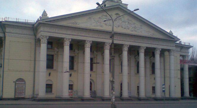 Запорожские руферы взобрались на крышу театра Магара, — ВИДЕО