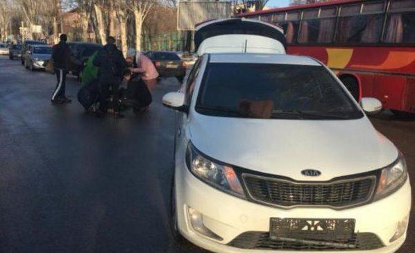 В Запорожье водитель KIA сбил двух студенток