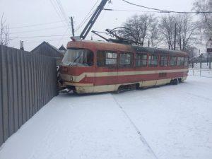 В Запорожье трамвай сошел с рельс, — ФОТО