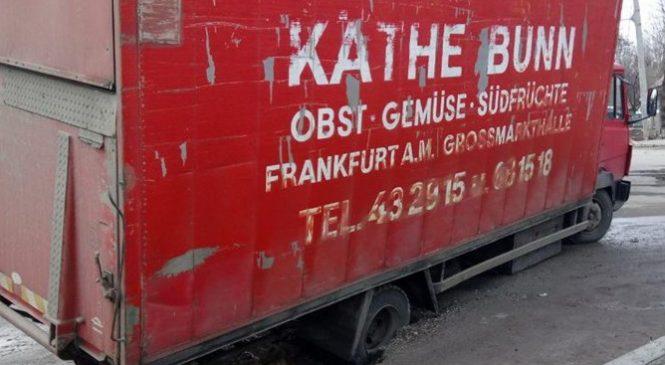 В Запорожье фура провалилась в огромную яму на дороге, понадобилась помощь ГСЧС