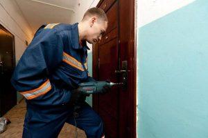 Запорожские спасатели ради спасения мужчины выбили его входную дверь