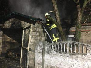В Запорожье сгорел гараж вместе с авто, — ФОТО