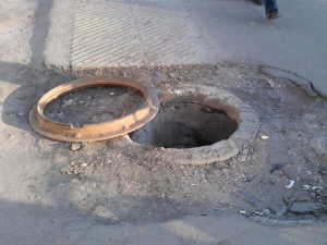 В Запорожье мужчина провалился в канализационный колодец