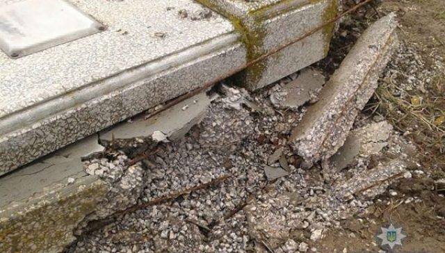 На Запорожье 27-летний мужчина разгромил надгробие ради нескольких килограммов металла