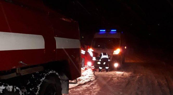 В Запорожской области патрульные вместе с ГСЧС освободили из снежного плена пассажиров маршрутки