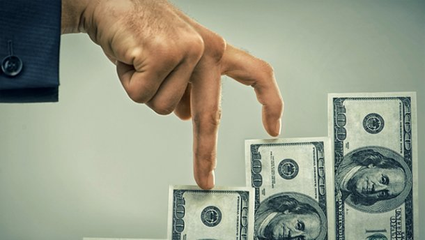«Сражение за доллар»: валюта активно дорожает
