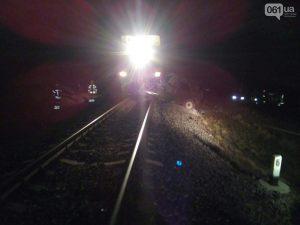 """Поезд """"Бердянск-Киев"""" разорвал авто на железнодорожном переезде"""