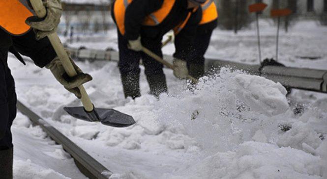 В Запорожье работники «Зеленстроя» чистят скверы и парки от снега