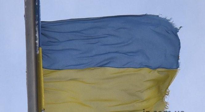 В Запорожье экстремальная погода испортила флаг на Фестивальной