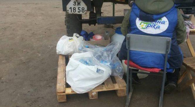 В Запорожской области молоко разливают в бутылки с мусорных баков (Фото)